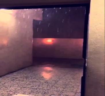 بالفيديو لحظة نجاة عائلة من صاعقة ضربت منزلهم