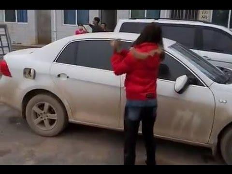 فيديو امرأة صينية تحطم سيارة زوجها انتقاما لخيانته لها