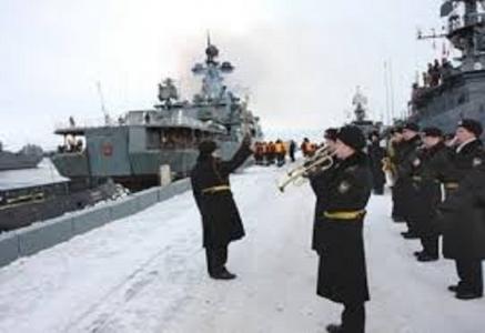 شاهد قائد القوات البحرية الالمانية يستفز مسلم قائلا انا اعظم من رسولك فكان الرد صادم جعله يصمت