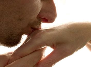 تفسير حلم تقبيل اليد في المنام , رؤية بوس اليد بالحلم , ماهو حلم تقبيل اليد