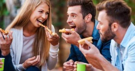 الرجال يجذبون النساء بالبيتزا