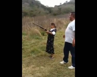 عجوز تتعلم إطلاق النار من بندقية ماذا حدث لها