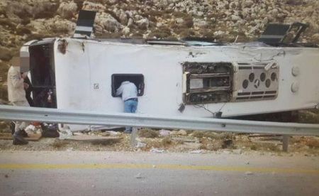 إصابة 50 بينهم ثلاثة بحال الخطر في انقلاب حافلة للمستوطنين شرق رام الله