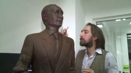 شاهد فيديو و صور تمثال الرئيس الروسي فلاديمير بوتين من الشوكولاته