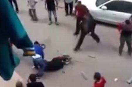 فيديو  18 مصري يحاول ذبح زوجته بأحد الشوارع والمارة ينقذوها باللحظات الأخيرة