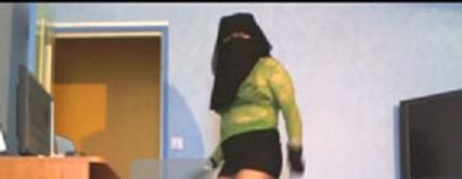 مقطع فيديو لشابة كويتية شاهد ردت فعل زوجها