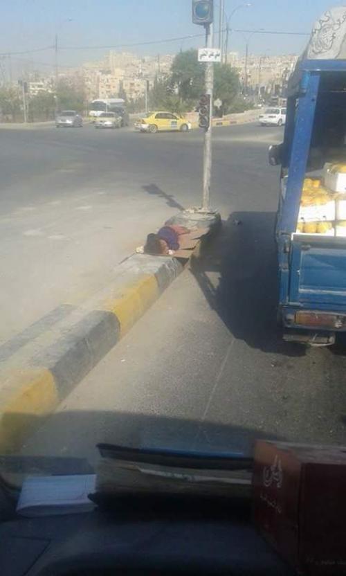 بالصور طفلة اردنية تنام على الاشارة تثير حفيظة المواطنين