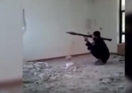 فيديو مضحك هذا ما جرى لقاذف داعش الغبي لن تصدق