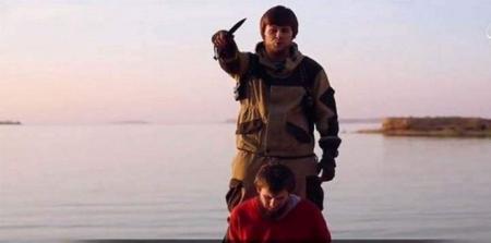 فيديو إعدام داعش الارهابي لجاسوس روسي وهذا ما اعترف به قبل موته