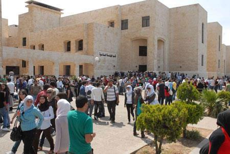 بالصور دكتورة اردنية تفاجئ طلابها باحدى الجامعات الأردنية