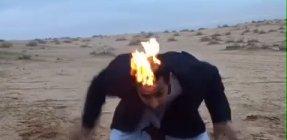 بالفيديو - شاب أرعن كاد يلقى حتفه مستهتراً بإشعال شعره
