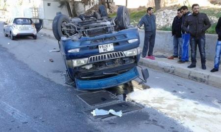 بالصور تدهور باص في وادي صقرة الاردن دون اصابات