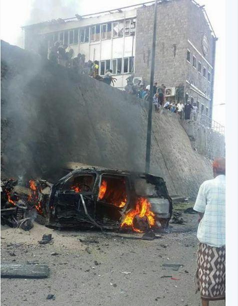 صور مقتل محافظ عدن وعدد من مرافقيه بانفجار عبوة ناسفة