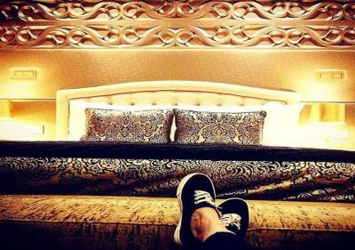 شاهد بالصور عمر بركان الغلا ينشر صورة من غرفة نومه بعد اعلان زواجه