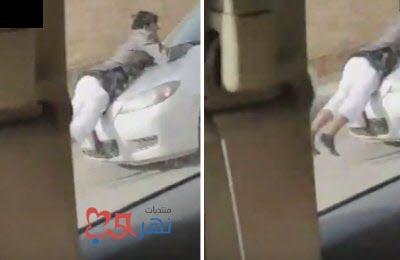 بالفيديو - شاهد سيارة تدهس رجلا وتسير به في شارع الضباب بالرياض