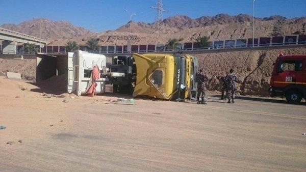صور تدهور شاحنة محملة فوسفات في مدينة العقبة