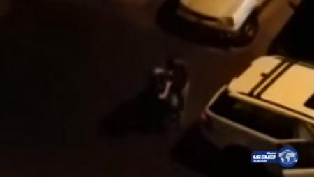 فيديو فتاة كويتية سكرانة في مدينة حولي تحاول إجتذاب وافد هندي