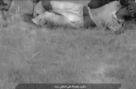 بالفيديو القاعدة تذبح اثنين وتعدم آخر بتهمة التجسس لفرنسا