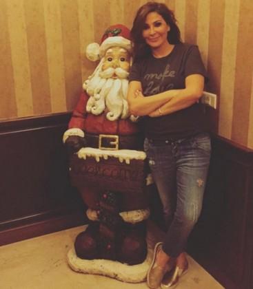 صورة الفنانة اللبنانية إليسا مع سانتا كلوز عيد ميلاد مجيد