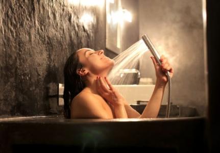 الاستحمام أثناء الدورة الشهرية هل يؤذي الفتاة