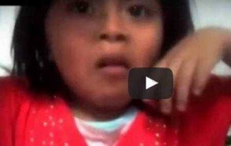 بالفيديو أب يجبر طفلته على فعل صادم على تناول صرصار