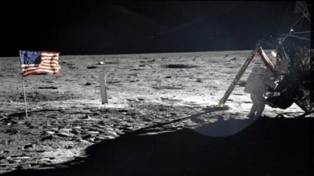 المخرج الامريكي ستينلي كوبريك يكشف فضيحة هبوط اول إنسان على سطح القمر