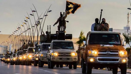 شاهد داعش الارهابي يقطع رأس سيدة بالفأس في سرت الليبية