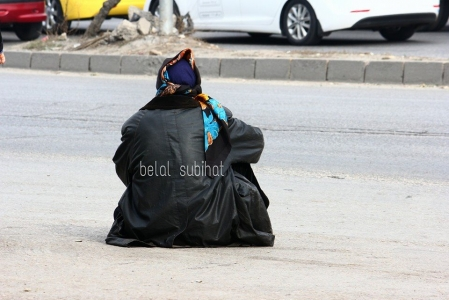 شاهد قصة سيدة مسنة سورية تجلس وسط الشارع في إربد يومياً