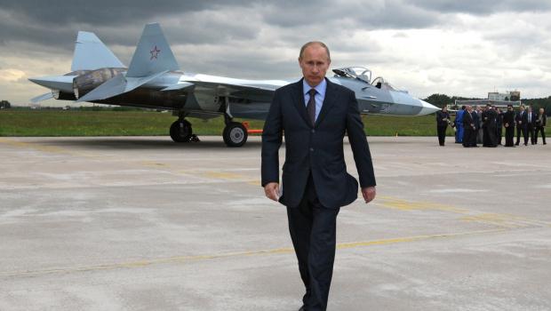 لماذا يمشي بوتين بهذه الطريقة المشي مع تحريك ذراع واحدة دون الآخرى