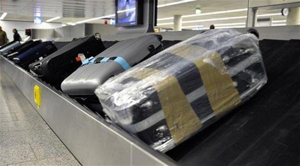 صورة مسافر يبتكر طريفة لتجنب فقدان حقائبه في المطار