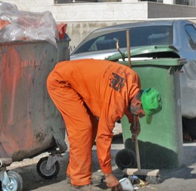 بالصور عامل نظافة في الأردن يوجه بها رسالة لكل مواطن أردني