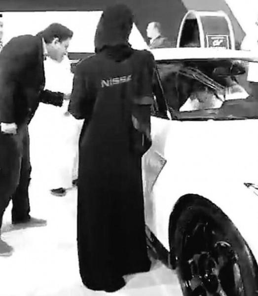 صور فتيات في استقبال الشباب بمعرض جدة للسيارات والاختلاط بهم
