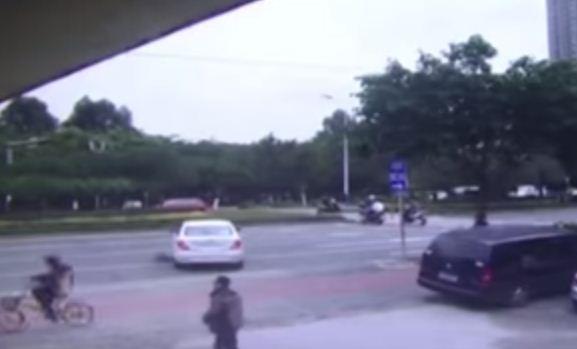بالفيديو لحظة إنقاذ امرأة علقت أسفل سيارة