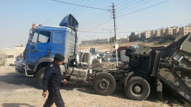 صور انقلاب تريلا محملة بالذرة على طريق الحزام ولا اضرار بشرية