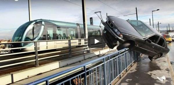 فيديو حادث مروع لسائق روسي فقد السيطرة على سيارته سقطت من فوق جسر