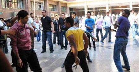 مشاجرة بالحجارة أمام الأردنية الاردنية وتكسير زجاج سيارات اليوم الخميس 17-12-2015