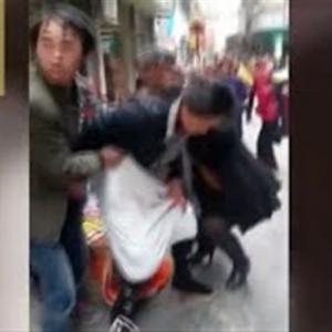 شاهد صور و فيديو امرأة تلد في الشارع وسط المارة
