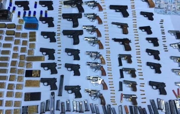 صور الإطاحة بمواطن سعودي يزاول بيع الأسلحة بطريقة غير نظامية في مدينة بريدة