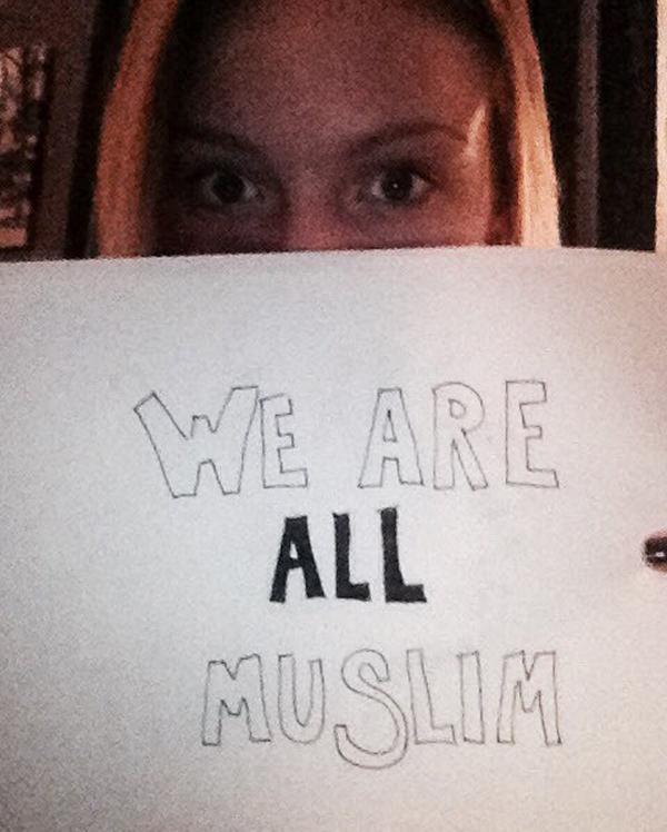 شاهد صور مخرج أمريكي يطلق حملة كلنا مسلمون من أمام برج ترامب