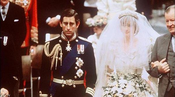 شاهد صور قطعة من كعكة زفاف الأميرة ديانا للبيع في مزاد علني