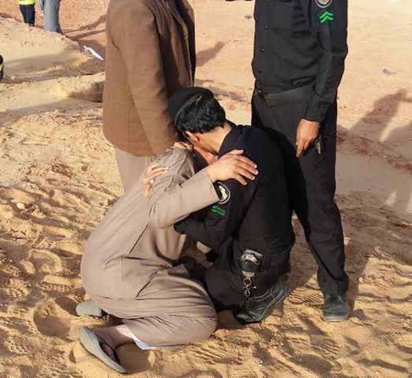 شاهد صور رجل أمن سعودي يواسي مواطناً بسبب فقدانه 3 من عائلته في حادث بطريق عسقلان