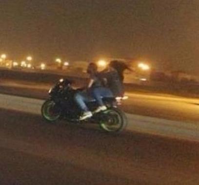 بالصور ضبط شاب سعودي وفتاة يتجولان بدراجة نارية في خميس مشيط
