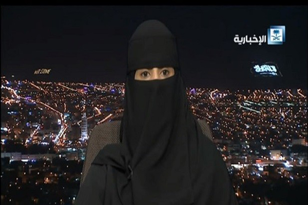 شاهد السعودية أفراح الشمري تقود السيارة لإنقاذ شبابا انقلبت سيارتهم في حائل