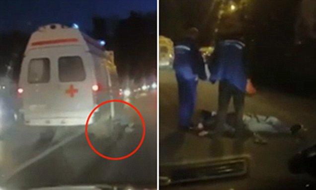بالفيديو لحظة سقوط مريض من سيارة إسعاف في روسيا