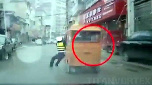 بالفيديو من الاخر سيدة تقود توك توك وتسحب شرطيا صينياً مئات الأمتار
