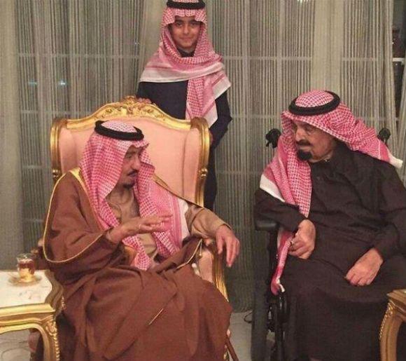 بالصورة الملك سلمان يزور أخاه الأمير مشعل للاطمئنان على صحته