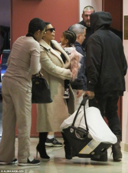 صور نجمة تليفزيون الواقع كيم كاردشيان مع مولودها الجديد سانت