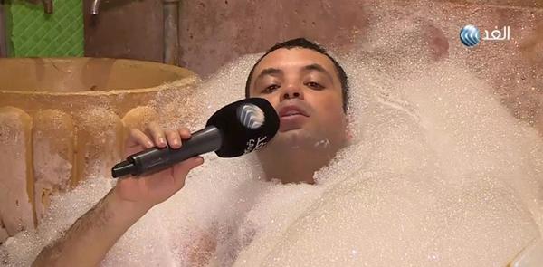 فيديو موقف طريف مراسل فضائية الغد العربى يظهر أثناء استحمامه على الهواء