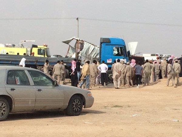 صور اقتحام شاحنة مصلى على طريق الرياض تدهس مصلين في حفر الباطن 9-3-1437