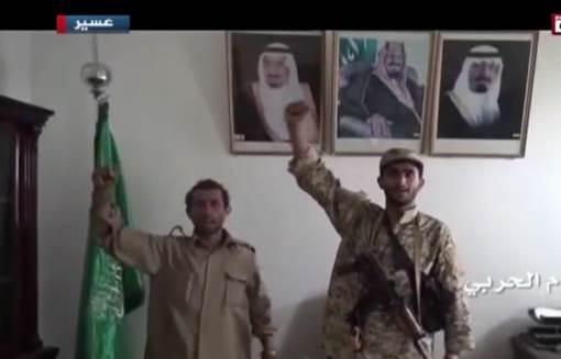 سخر سعوديون من صور بثتها قناة المسيرة حوثيين يقفون في مكتب خلفه صورة الملك عبدالله